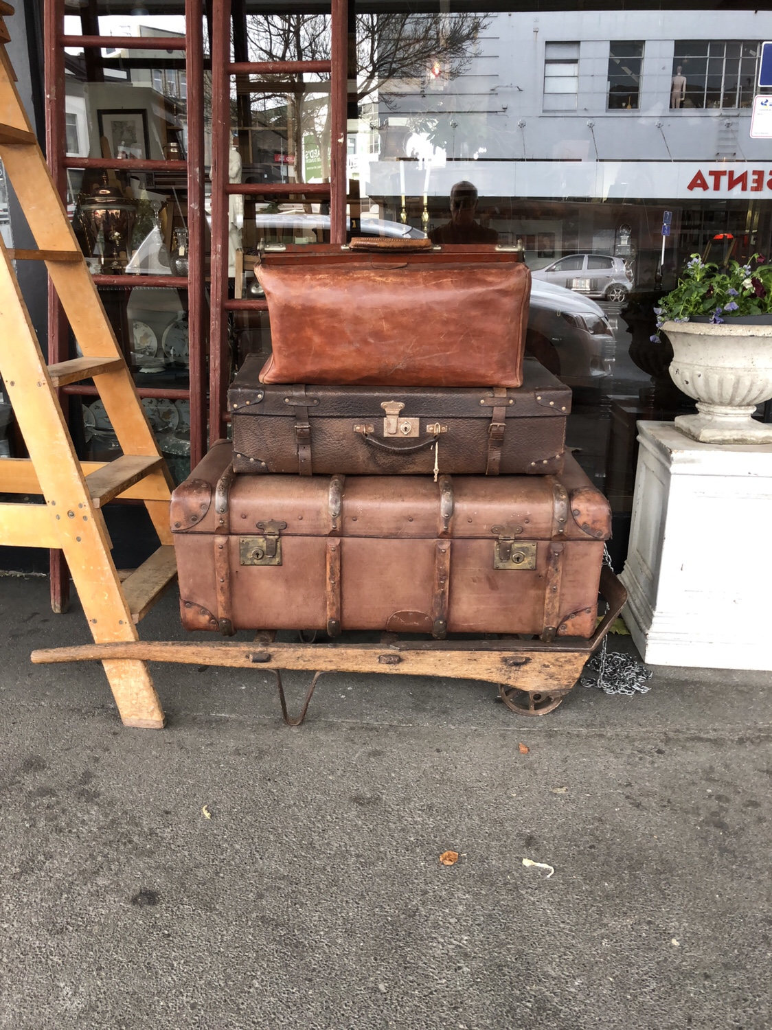 100. A SELECTION OF VINTAGE LUGGAGE.